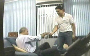 Mão na massa: vídeo flagrou Arruda recebendo maço de dinheiro de Durval Barbosa (Foto: Reprodução)