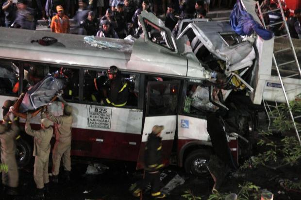 Acidente entre um micro-ônibus e um caminhão matou 16 pessoas em Manaus no dia 28 de março deste ano