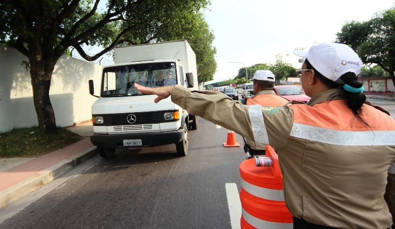 Equipes do Manaustrans realizaram blitze na Djalma Batista e na Constantino Nery nesta quinta-feira (Foto: Karla Vieira)