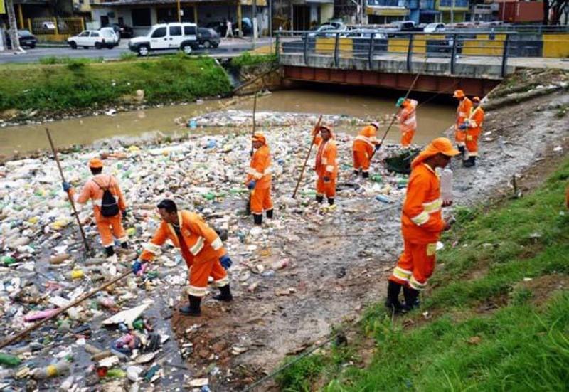 A Semulsp diz ter retirado 3.500 toneladas de lixo dos igarapés nos cinco primeiros meses deste ano (Foto: Divulgação/Semcom)