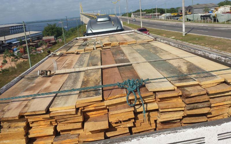 Madeira apreendida na manhã desta sexta-feira na Ponte Rio Negro, na chegada a Manaus