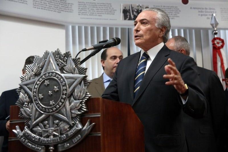O nome de Michel Temer na propaganda de Dilma Rousseff aparece em tamanho inferior ao determinado pela Lei Eleitoral (Foto: Romério Cunha/VPR)