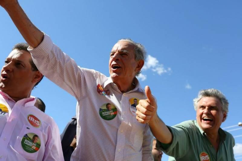 O candidato ao governo de Goiás, Iris Rezende (ao centro) diz que as acusações de cachoeira são mentirosas (Foto: Divulgação)