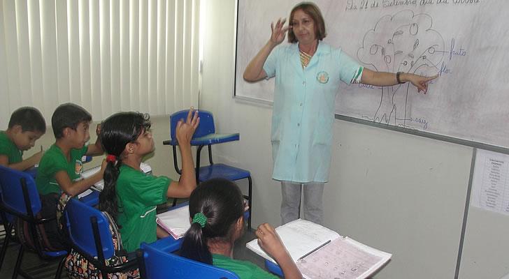 Entrega dos dicionários trilíngues encerra as atividades do 'Setembro Azul' em Manaus (Foto: Divulgação)