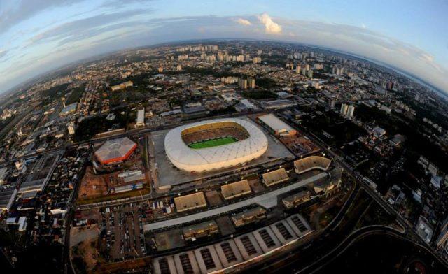 A Arena da Amazônia foi cercada de polêmica desde que o governo decidiu derrubar o antigo estádio para construir um novo (Foto: Chico Batata)