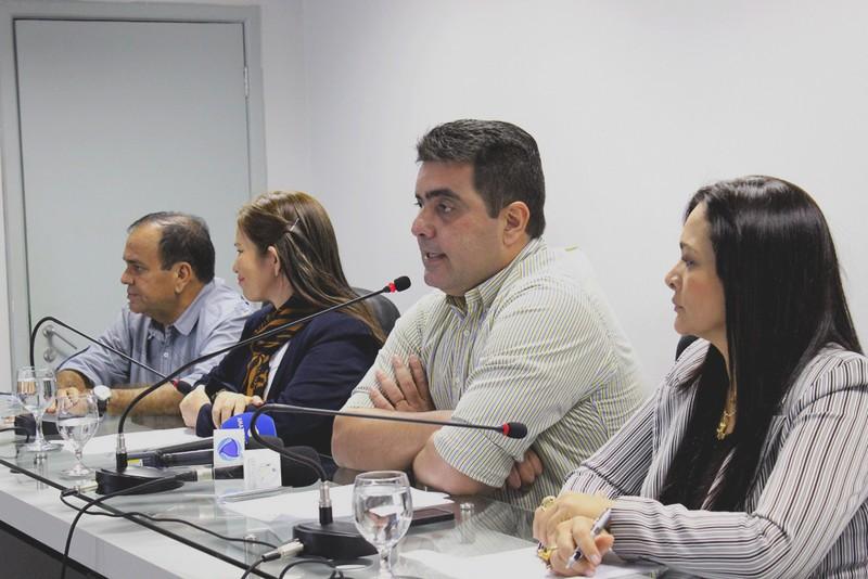 A comissão parlamentar está analisando documentos da movimentação bancária da Prefeitura de Coari (Foto: Alberto César Araújo/ALE)