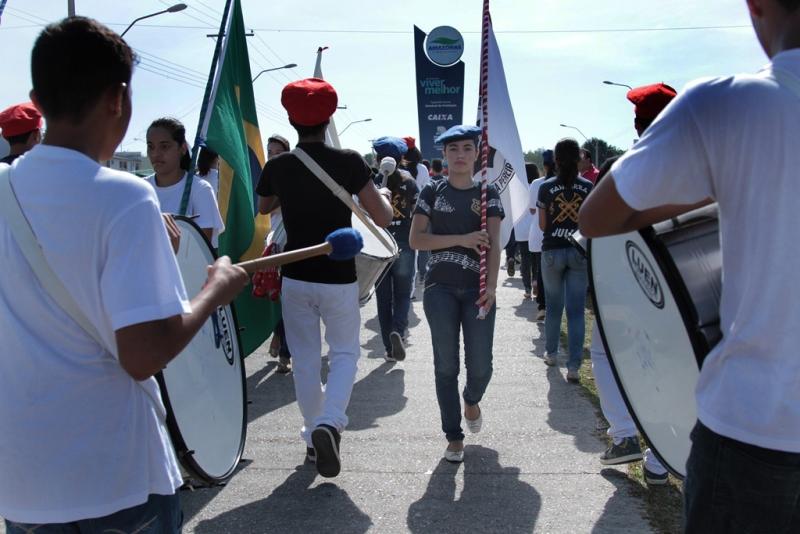 Alunos de escolas da zona rural de Manaus desfilaram nas ruas do conjunto Viver Melhor, na zona norte (Foto: Cleomir Santos/Semed)