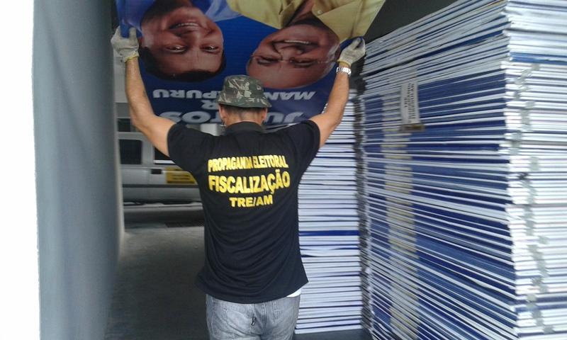 Material foi apreendido em uma gráfica da zona centro-sul e levado para o Tribunal Regional Eleitoral (Foto: Divulgação)