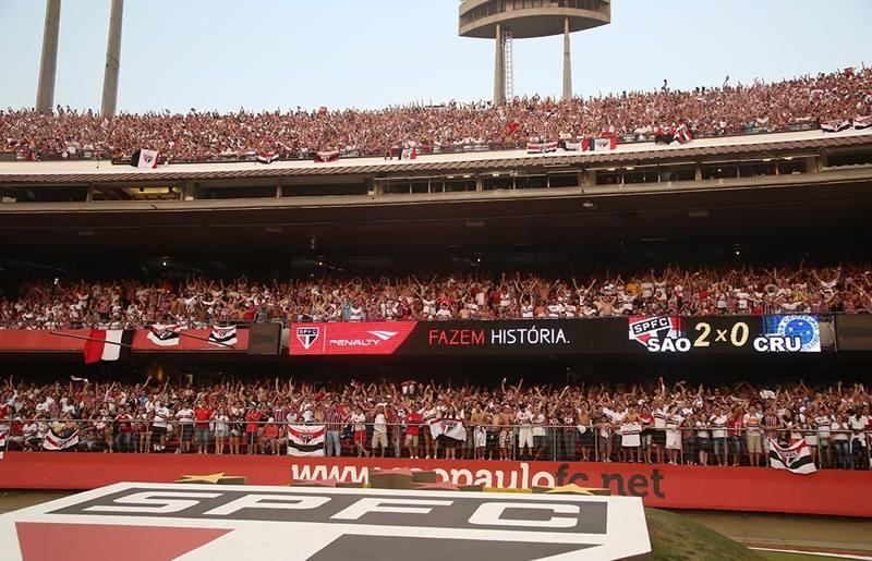Torcida do São Paulo comemora o placar de 2 x 0 contra o líder Cruzeiro neste domingo, no Morumbi (Foto:  Rubens Chiri/SPFC)