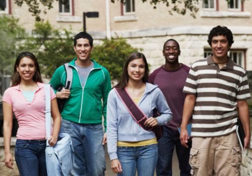 estudantes-grupo-andando