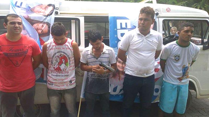 Presos por policiais da 27ª Cicom tinham material de propaganda no carro que usavam para pratica assaltos (Foto: Divulgação)