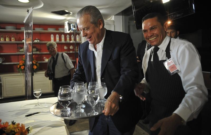 O ex-ministro em 2011, durante o lançamento de um livro em Brasília, brinca com o garçom em restaurante (Foto: Fabio Rodrigues Pozzebom/Agência Brasil)