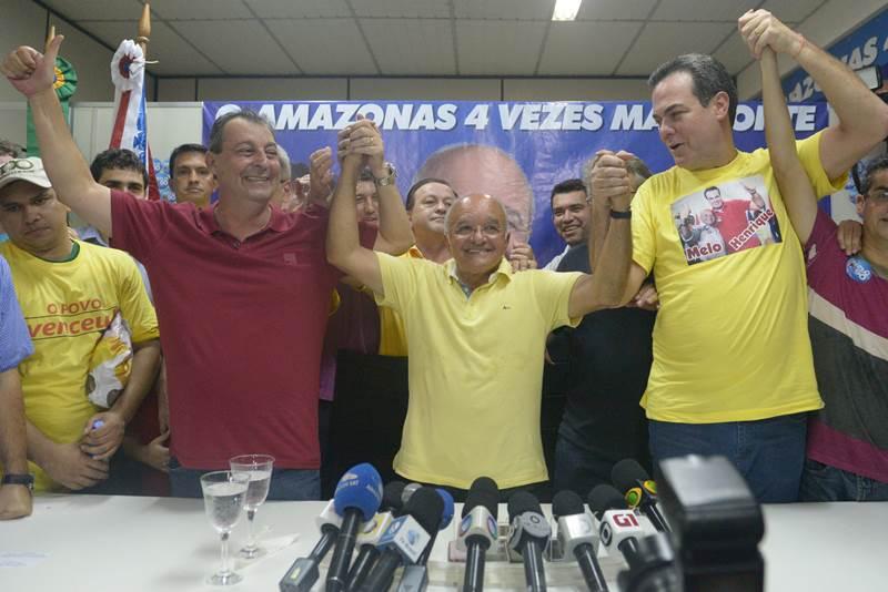 O governador José Melo comemorou a vitória ao lado do senador eleitor Omar Aziz (esquerda) e do vice-governador eleito, o deputado Henrique Oliveira (Foto: Divulgação)