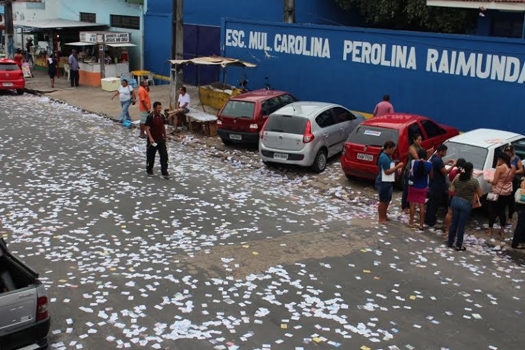 """As ruas nos locais de votação foram """"pintadas"""" de santinhos no último domingo e candidatos serão responsabilizados (Foto: Valter Calheiros)"""