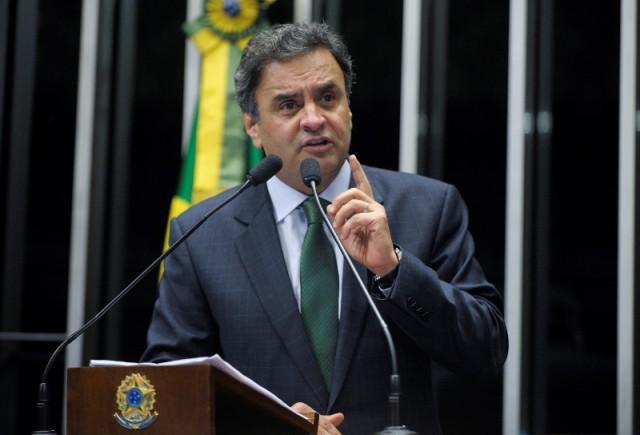"""Aécio Neves chegou ao Congresso Nacional sob gritos """"Aécio"""", """"Presidente"""", """"Fora PT"""" e versos do """"Hino Nacional"""" proferidos por cerca de 600 pessoas, entre militantes, assessores e parlamentares (Foto: Agência Senado)"""