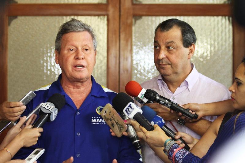 O prefeito de Manaus recebeu a promessa de Omar Aziz de que lutará em Brasília pela liberação de recursos para Manaus (Foto: Tácio Melo/Semcom)