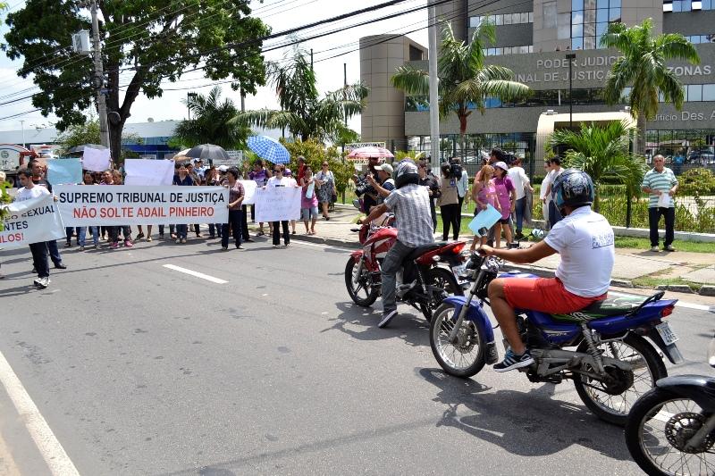 Em Manaus, manifestantes pediam ao Superior Tribunal de Justiça que mantivesse Adail Pinheiro preso (Foto: Valmir Lima)
