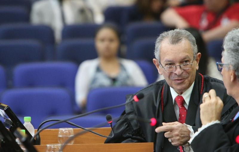 O desembargador Rafael Romano cumpre decisão do Superior Tribunal de Justiça, que acatou pedido de um dos réus no processo (Foto: Raimundo Valentim/TJAM)