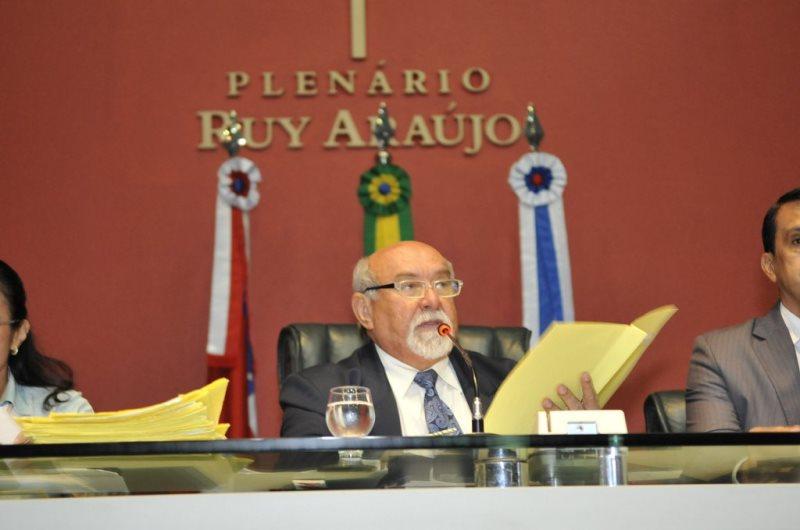 O deputado Belarmino Lins foi escalado pela base do governo para comandar a votação e o presidente da Casa, Josué Neto ficou passeando no plenário (Elisa Garcia Maia/ALE)