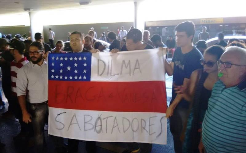 A bandeira do Amazonas foi usada por manifestantes para protestar contra a presidente Dilma Rousseff, o senador Eduardo Braga e a senadora Vanessa Grazziotin (Foto: Divulgação)