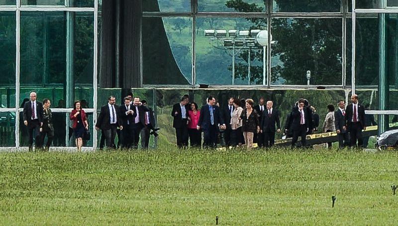 Dilma Rousseff na saída do Palácio do Alvorada, onde participou de jantar com atuais e os futuros ministros de seu governo (Foto: José Cruz/Agência Brasil)