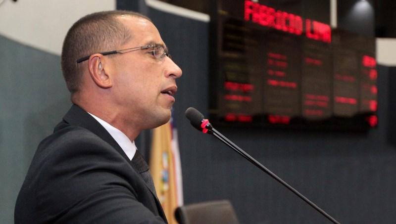O vereador Fabrício Lima (SDD) puxou o coro dos parlamentares da base aliada na CMM contra os pedidos de urgência do prefeito Arthur Virgílio Neto (Foto: Tiago Corrêa/CMM)