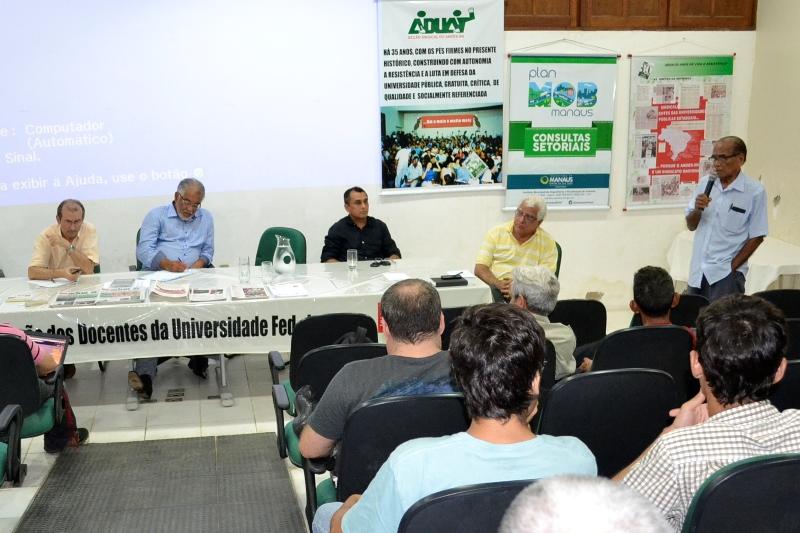 Reunião realizada no auditório da Associação dos Docentes da Ufam, nesta quarta-feira, com a equipe encarregada de elaborar a proposta de Plano de Mobilidade Urbana de Manaus (Foto: Valmir Lima)