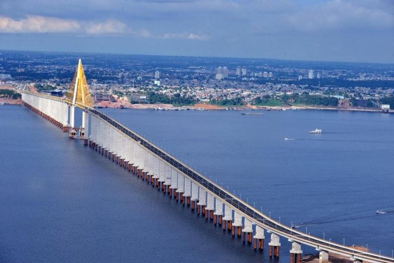 A Ponte Rio Negro tem 222 estacas no fundo do rio para sustentar os pilares, o que motivou um aditivo de 50% do valor da obra (Foto: Chico Batata/Agecom)