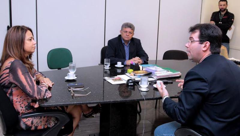 A presidente da Fundação TV Cultura do Amazonas, Vânia Lopes, e o vereador Wilker Barreto, em reunião na quarta-feira para retomar o projeto da TV Câmara aberta (Foto: Robervaldo Rocha/CMM)