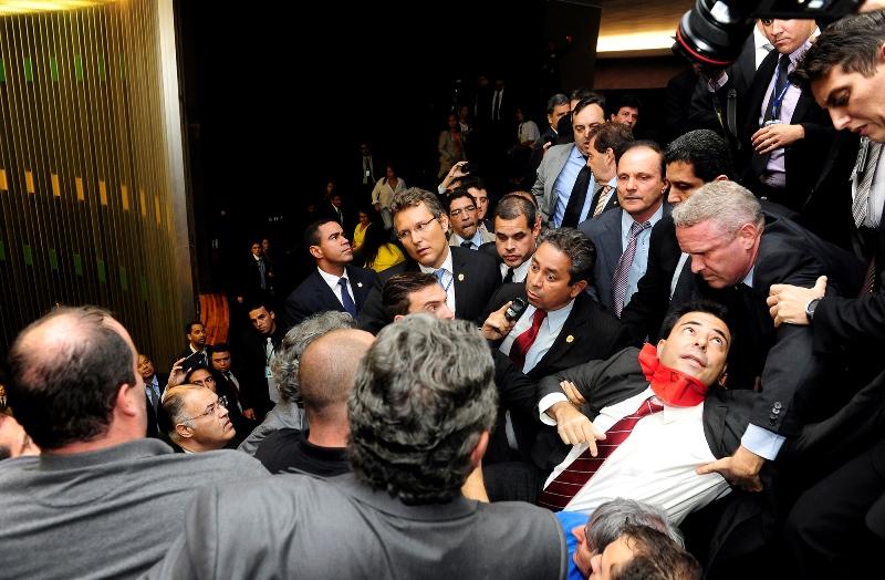 A Polícia Legislativa do Congresso foi acionada pelo presidente Renan Calheiros para retirar os manifestantes da galeria e houve confusão (Foto: Gustavo Lima/Câmara dos Deputados)