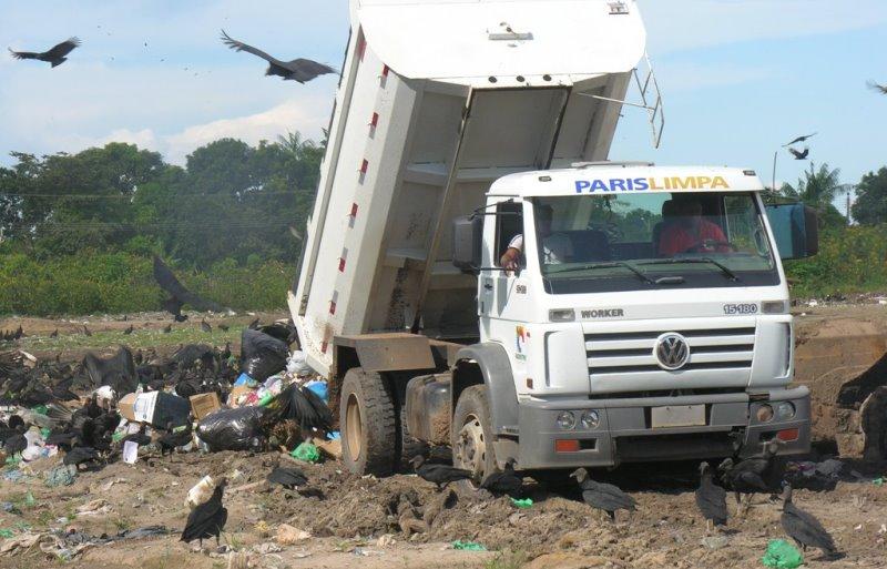 Na terra do Boi Bumbá, Parintins, o lixão atrai urubus e, por várias vezes, resultou na interdição do aeroporto da cidade (Foto: Divulgação/TCE)