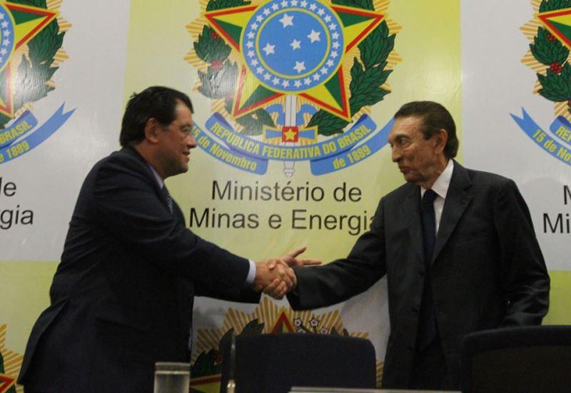 Após o discurso de posse, Eduardo Braga cumprimento o ex-ministro da pasta Edison Lobão (Foto: Francisco Stuckert/MME)