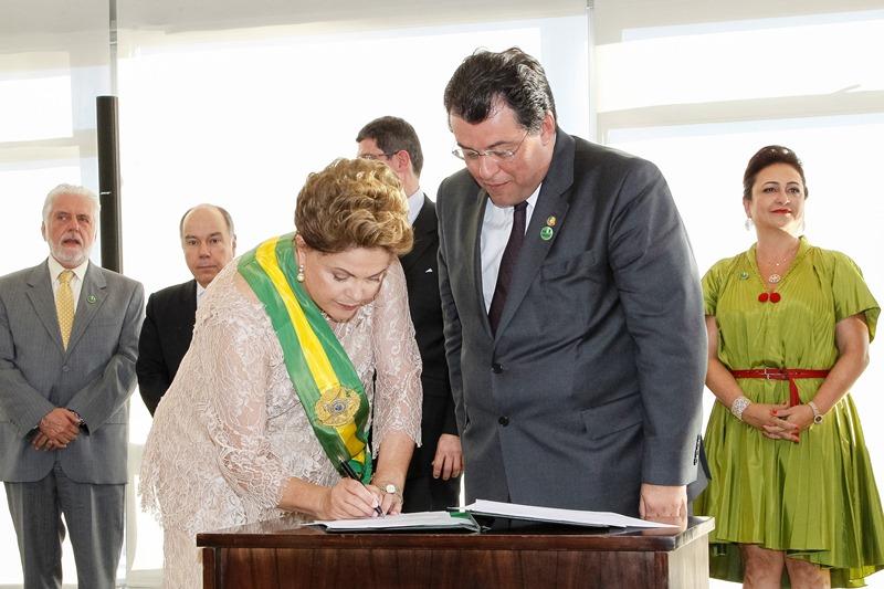 Eduardo Braga com a presidente Dilma Rousseff na cerimônia de posse dos novos ministros, nesta quinta-feira, 1º (Foto: Roberto Stuckert Filho/PR