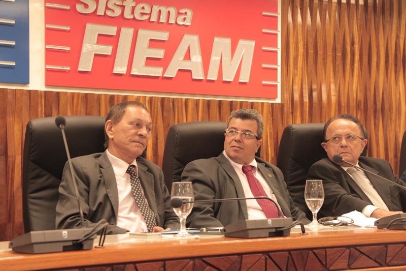O vice-presidente do Corecon, Nelson Azevedo, o presidente do Corecon, Marcus Evangelista, e o economista José Laredo (Foto: Valmir Lima)