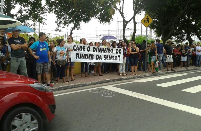Professores em frente à sede da Prefeitura de Manaus, na manhã desta segunda-feira, depois de caminhada desde a sede do governo do Estado (Foto: Sara Matos)