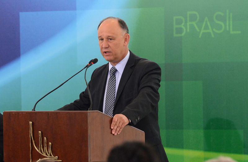 O ministro das Relações Institucionais, Pepe Vargas, disse que conversou sobre a correção da tabela do IR na noite desta segunda-feira (Foto: Wilson Dias/Agência Brasil)