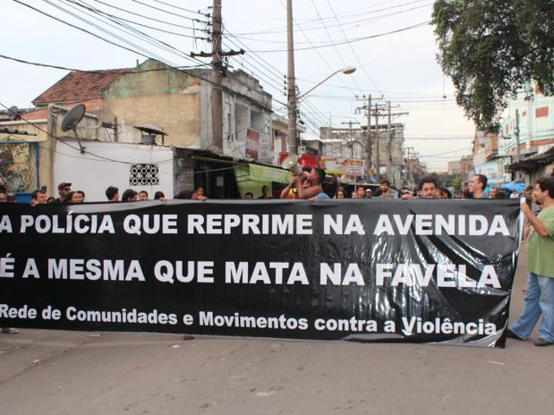Moradores da Favela da Maré, no Rio de Janeiro protestam contra as mortes de pessoas pela polícia (Foto: Rede Democracia)