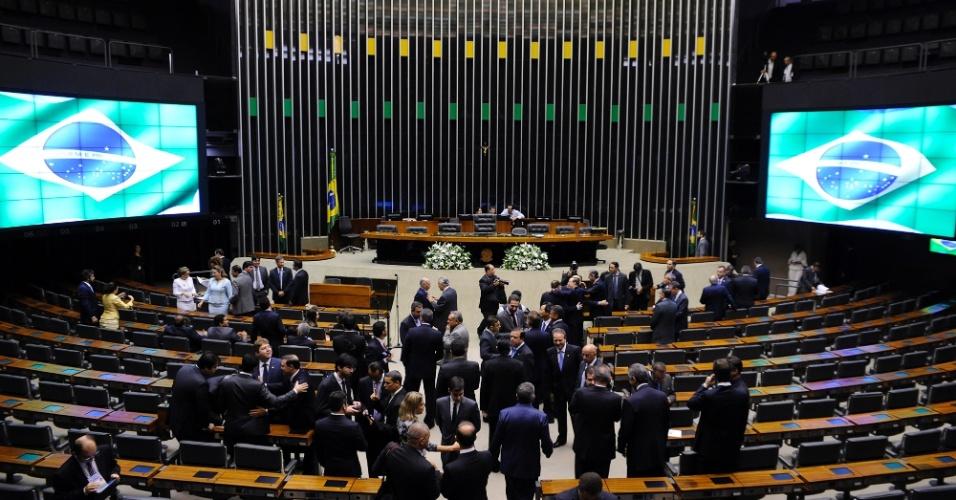 1fev2015---deputados-se-preparam-para-a-cerimonia-de-posse-dos-candidatos-eleitos-no-plenario-da-camara-em-brasilia-este-domingo-1-dos-513-deputados-federais-que-serao-empossados-neste-domingo-1422792301291_956x500