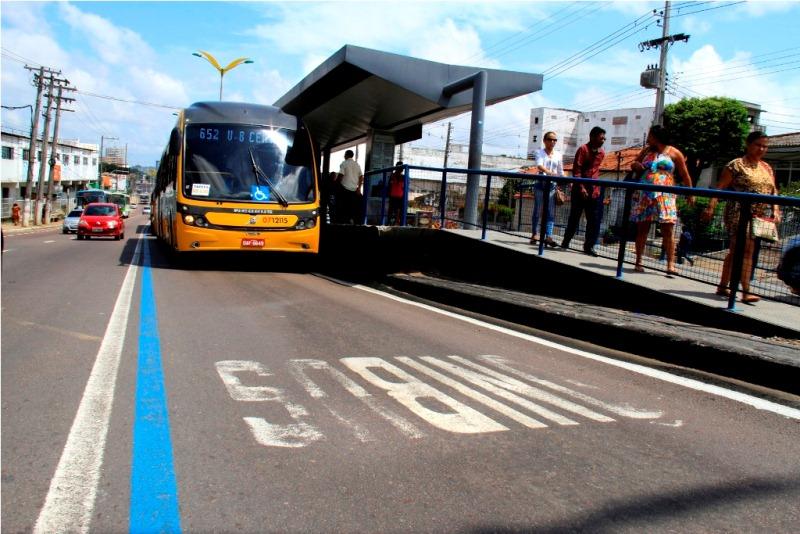 Carros de passeio estão proibidos de circular na faixa da esquerda da Avenida Constantino Nery nos dois sentidos (Foto: Arlesson Sicsú/Semcom)