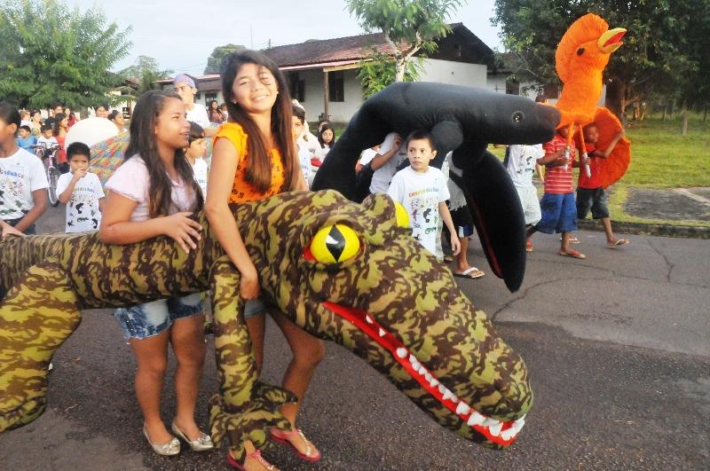 Crianças e adultos brincam o Carnaval ao mesmo tempo em que reforçam a consciência ambiental dos brincantes da Vila de Balbina (Foto: Divulgação)
