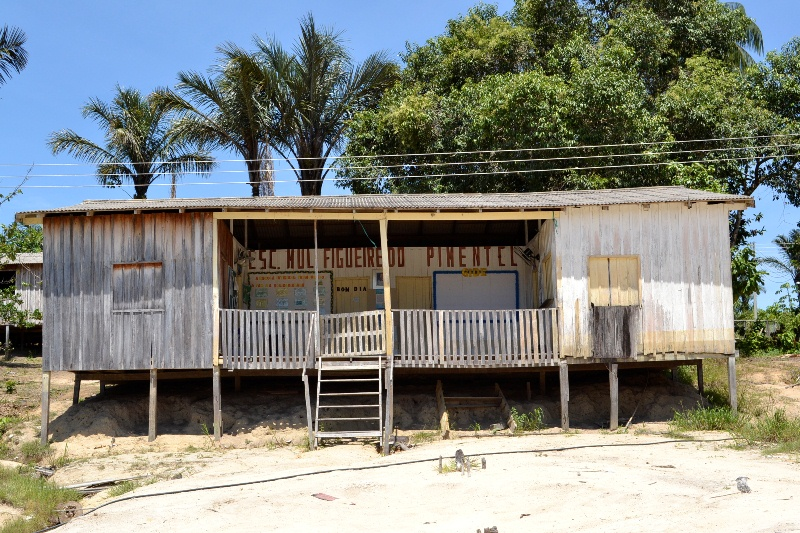 Escola da comunidade Novo Amanhecer foi desativada porque a madeira estava apodrecida