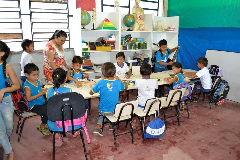Professora dá aula para três séries na mesma sala de aula: ensino multisseriado