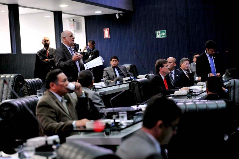 O deputado Serafim Corrêa apresentou a proposta de pacto de governança na manhã desta segunda-feria, durante sessão compensatória de Carnaval (Foto: Hudson Fonseca/ALE)