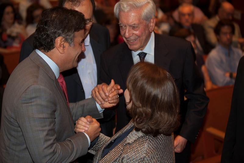 Aécio Neves cumprimenta o escritor Mario Vargas Llosa na abertura do Seminário Internacional de Liberdade