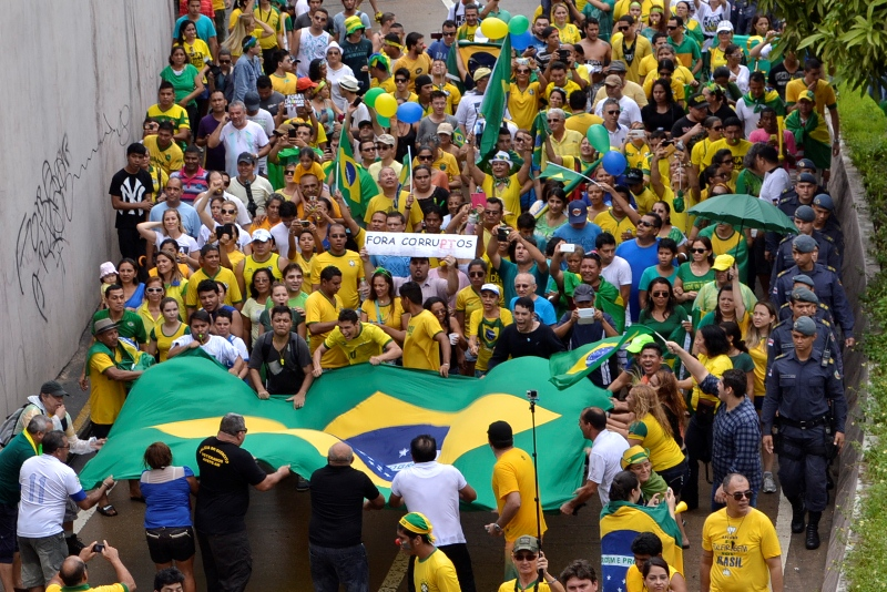 Manifestantes esticam e balançam a bandeira gigante