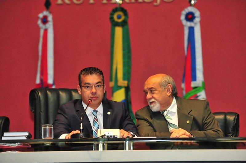 O presidente Josué Neto foi auxiliado pelo vice-presidente Belarmino Lins, na primeira votação polêmica em que decidiu enfrentar a oposição (Foto: Danilo Mello/ALE)