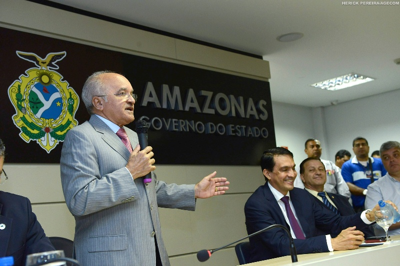 O governador José Melo discursou durante a posse do deputado estadual licenciado Sidney Leite na Secretaria de Estado de Produção Rural (Foto: Herick Pereira/Agecom)