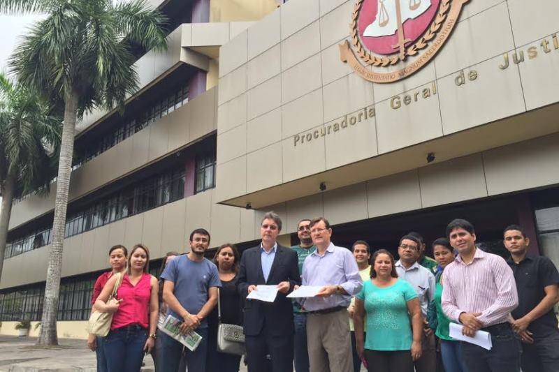 José Ricardo e Luiz Castro foram acompanhados de um grupo de professores que passaram no concurso e esperam chamada desde o ano passado (Foto: Divulgação)