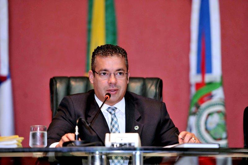 O deputado Josué Neto conduziu a votação dos projetos de lei que instituem a reforma administrativa do governador José Melo (Foto: Hudson Fonseca/ALE)