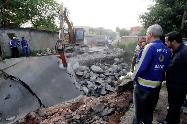O prefeito Arthur Virgílio Neto, no dia 4 de dezembro, em visita ao local do desabamento da ponte: promessa de reconstrução imediata (Foto: Mário Oliveira/Semcom)